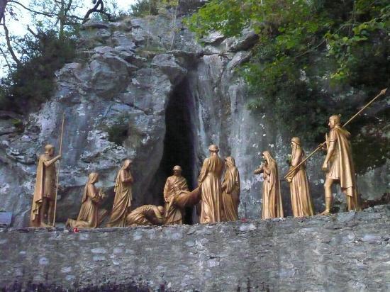 LOURDES- Chemin de Croix
